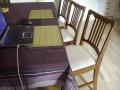 Krzesła i stół z obrusem